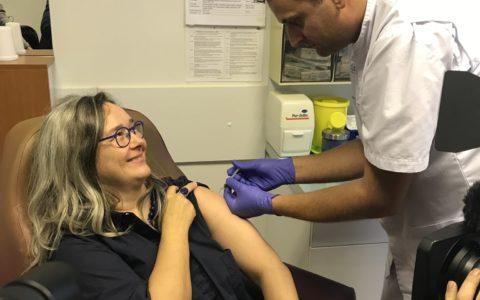 Ministerin Heike Werner geht mit gutem Vorbild voran und rät Thüringern zur Grippeschutzimpfung